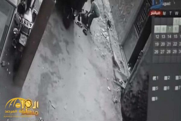 """""""توك توك"""" يفصل رأس طفلة عن جسدها في مصر- فيديو!"""