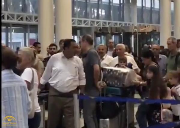 """شاهد لبناني غاضب في مطار بيروت : يبغالكم  واحد زي """"محمد بن سلمان"""" يربيكم ويربي الفاسدين!"""