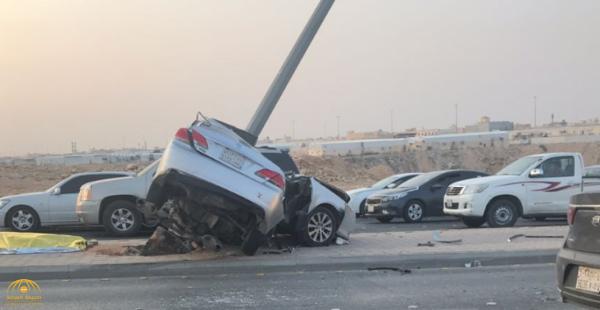 شاهد بالصور:حادث مروع لسيارة اصطدمت بعمود إنارة غرب الرياض