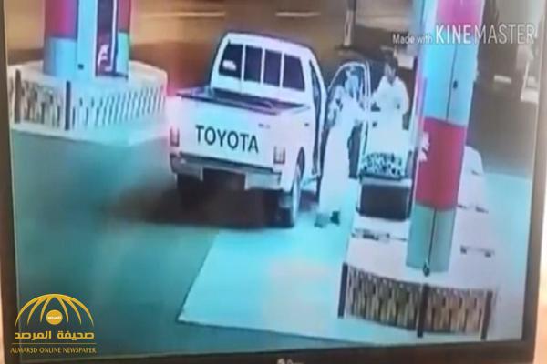 """شاهد..  كاميرا مراقبة توثق لحظة اختطاف عامل محطة في سيارة """"هايلكس"""" بإحدى  محافظات الجنوب"""