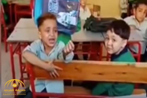 شاهد: تلميذ مصري يثير سخرية المغردين بطلب غريب من معلمته داخل الفصل!