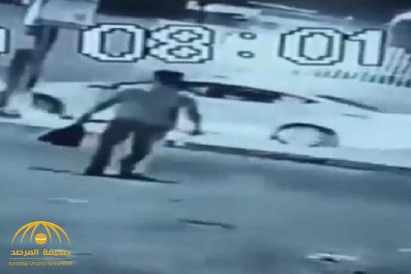 أثناء خروجه من عمله.. شاهد: لحظة اغتيال موظف عراقي في وضح النهار بالبصرة!