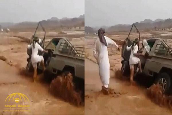 بالفيديو .. ردة فعل شبان شاهدوا مركبة تغرق في مياه السيول بالعلا وبداخلها السائق