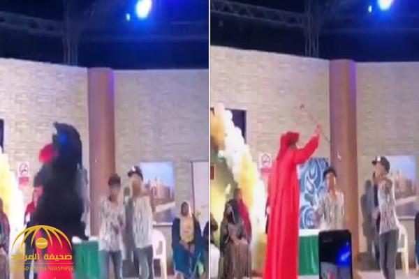 شاهد: امرأة منقبة تقفز بشكل عنيف على فنان إماراتي فوق خشبة المسرح وأمام الجمهور!