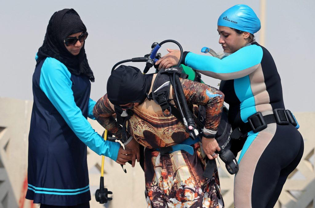 شاهد .. صور جديدة لسعوديات يتدربن على الغوص في المياه المفتوحة بالظهران