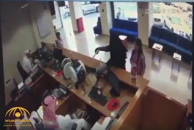 """شاهد .. لحظة استغلال """"العباءة والنقاب"""" في تنفيذ عملية سطو مسلح على بنك في الكويت"""