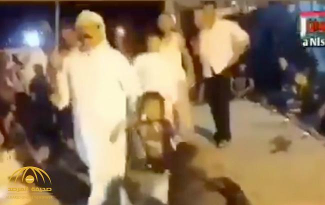 شاهد .. عراقي شيعي ينحر طفله قرباناً للحسين احتفالاً بذكرى عاشوراء !
