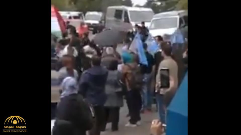 بعدما قام نظام الملالي بهذا الأمر.. شاهد بالفيديو: اقتحام السفارة الإيرانية في فنلندا وإشعال النار في العلم