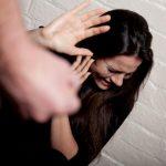 كسر يد زوجته وطلقها وطردها من الشقة بسبب دعوة عشاء!