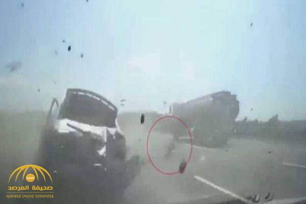 شاهد كيف نجا طفل من موت محقق بعد حادث تصادم مروع في تايوان!