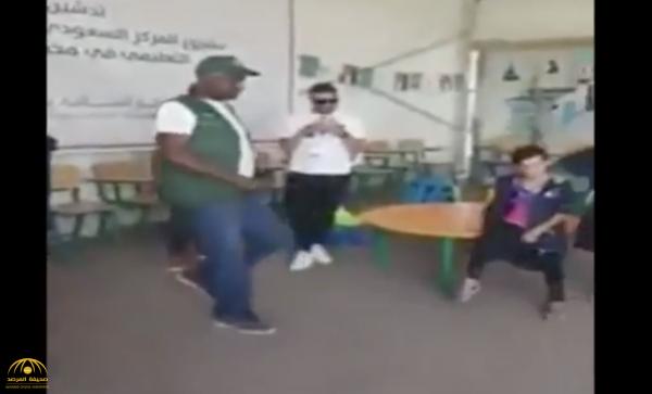 """شاهد .. طفلة سورية تستعرض مهاراتها الكروية  أمام  """"ماجد عبد الله""""  في مخيم الزعتري"""