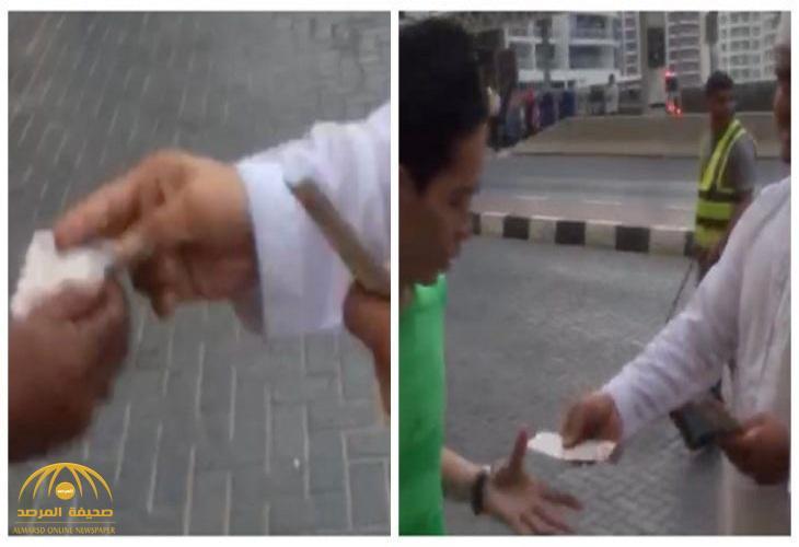 شاهد .. إماراتي يوزع أموال على المارة في شوارع دبي !