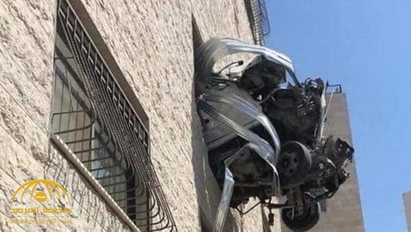 """حادث عجيب … السيارة """"القذيفة"""" التي أثارت حيرة كل من شاهدها – صور"""