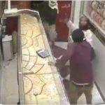 بالفيديو .. شاهد كيف تصدى صاحب محل مجوهرات لمسلحين اقتحموا المحل بتعز