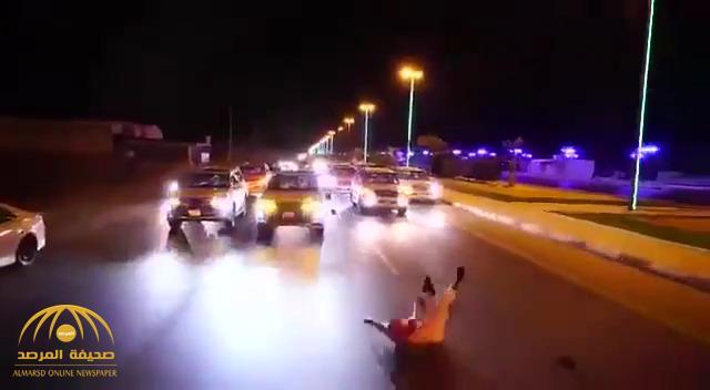 """كاد أن يتعرض للدهس .. شاهد : لحظة سقوط """"مصور العريس"""" من سيارة خلال موكب زفاف في طريق عام"""