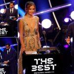 """شاهد .. لحظة تقديم سامي الجابر جائزة أفضل جمهور في حفل """"الفيفا"""" بلندن"""
