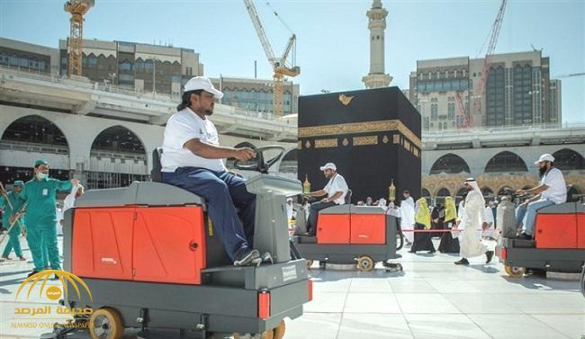 لأول مرة.. شاهد بالصور والفيديو : سعوديون يعملون في نظافة المسجد الحرام