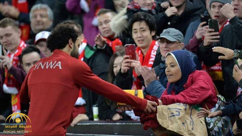 """بالصور.. سيدة مصرية توجه رسالة لـ""""محمد صلاح"""".. شاهد ردة فعل اللاعب!"""