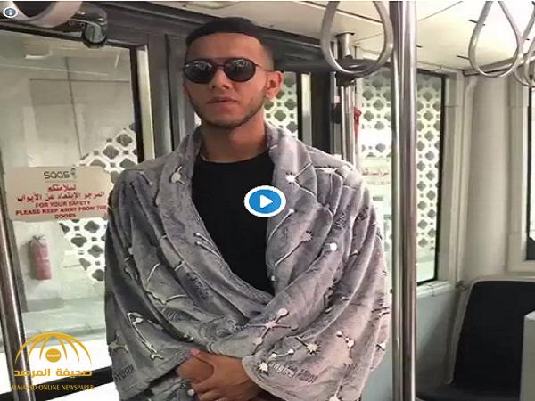 """بالفيديو.. لهذا السبب لاعب الأهلي """"دي سوزا"""" يرتدي """"روب الحمام """"في مطار دبي!"""