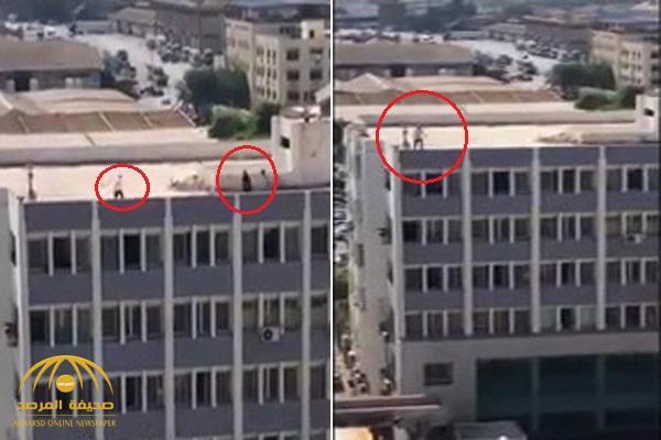 على طريقة أبو العربي .. شاهد : تاجر بورسعيدي يهدد بالانتحار من أعلى سطح مبنى حكومي