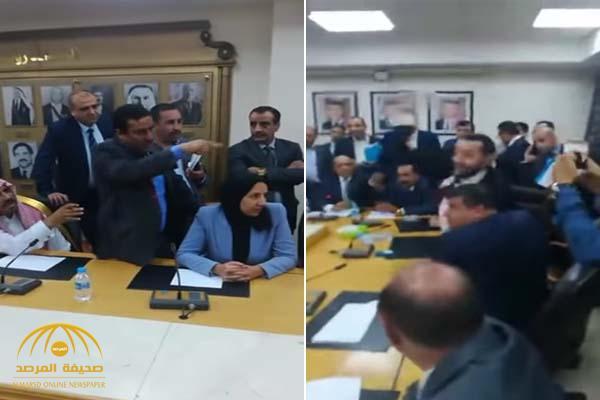 شاهد .. معركة داخل البرلمان الأردني وتراشق بزجاجات المياه