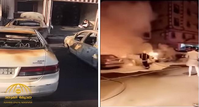 """بالفيديو.. مجهول يشعل النيران في عدة """"مركبات"""" أمام عمارة سكنية بجدة..  ويقوم بتصرف غريب لمنع خروج السكان!"""