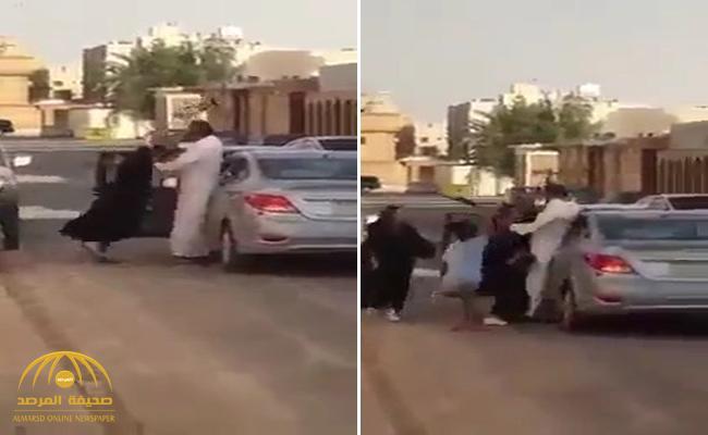 """تداول فيديو صادم لأب يضرب ابنته بـ """"شاكوش"""" في شارع بالرياض"""