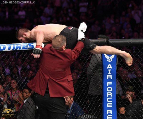 """بعد فوزه على """"ماكغريغور"""" .. شاهد : المصارع """"نورمحمدوف"""" يقفز من الحلبة ويشتبك مع الجمهور"""
