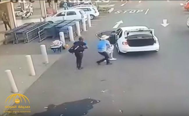 مدججون بالأسلحة الرشاشة .. بالفيديو : لصوص يسرقون مركز تجاري !