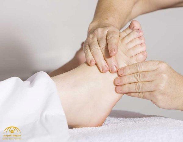 الأطباء يحذرون من تورم القدمين .. مؤشر لحالة صحية خطيرة