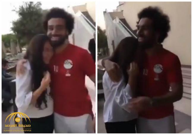 «صلاح» يداوي معجبة بحضن «على الماشي» .. رد فعلها تجاوز المعقول – فيديو