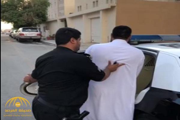 شاهد: لحظة القبض على مصري في شقة مفروشة بالرياض.. والكشف عن جريمته!