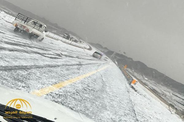 شاهد: لحظة تساقط الثلوج والبرد على مناطق متفرقة في طريق الهجرة .. وأمن الطرق يحذر