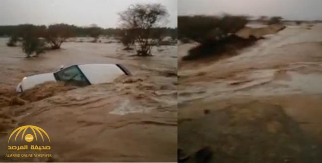 الأمطار تجرف سيارة  وتوقف الحركة المرورية وتقطع الكهرباء عن بعض أحياء مكة-فيديو