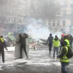 """مواجهات بين الشرطة  الفرنسية  ومتظاهري """"السترات الصفراء"""" في الشانزليزيه التي تندد بارتفاع أسعار الوقود-فيديو"""
