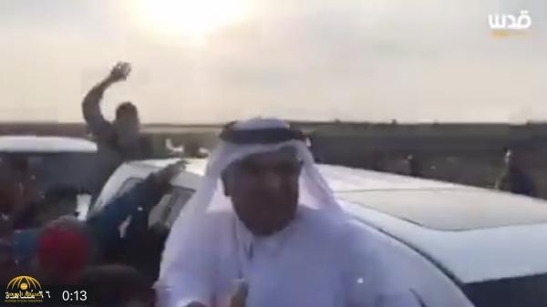 """شاهد .. """"رجم"""" موكب السفير القطري في قطاع غزة بالحجارة -فيديو"""