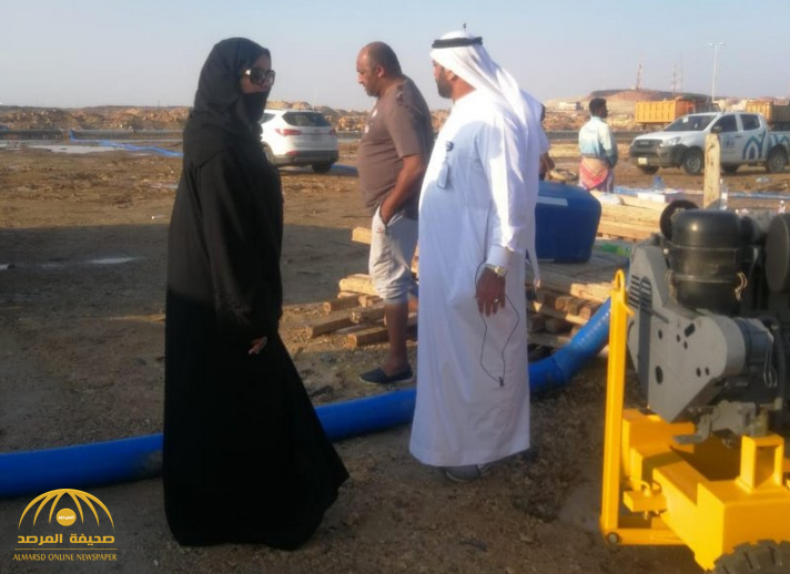 """صور.. رئيسة بلدية ذهبان """"شذى المهنا"""" تباشر أعمال إزالة المياه التي سببتها الأمطار على جدة والمراكز التابعة لها!"""