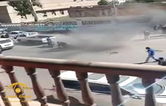 شاهد فيديو مروع : حوثي يفجر قنبلة بين مدنيين في صنعاء لسبب تافه!