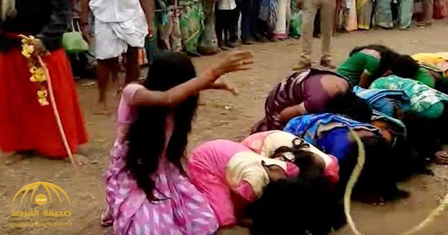 """شاهد : جلد أكثر من 5 آلاف امرأة في أحد الشوارع الهندية والمبرر """"ديني""""!"""