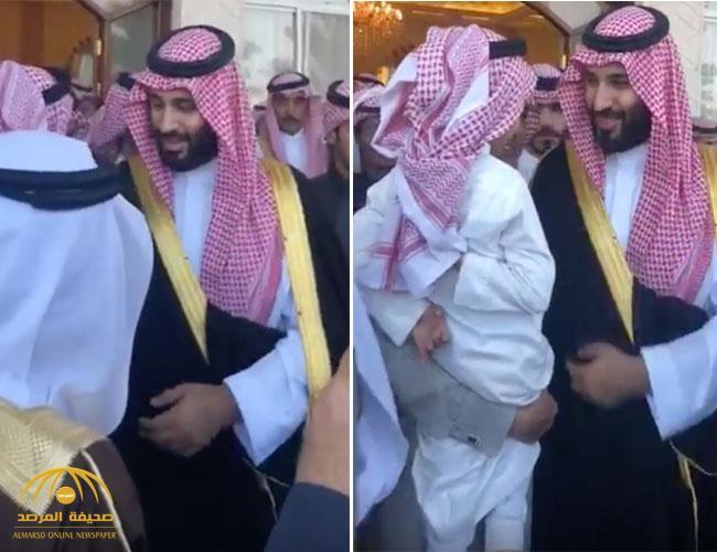 شاهد..  طفل يطلب من ولي العهد سيارة مرسيدس أثناء زيارته لمنزل مواطن في تبوك!