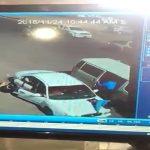 """شاهد : سائق """"حوثي""""  يسرق حقيبة شخص بالقوة ويدهس رجل مرور في شارع بصنعاء"""