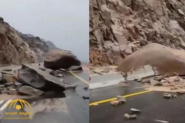 شاهد فيديو .. صخور ضخمة تغلق طريق عقبة الشفا في الطائف