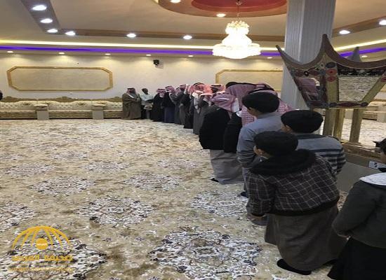 """بعد 35عاما .. شاهد أسرة سعودية تصطف لتودع عاملها  """" ميدو"""" وتلتقط معه الصور التذكارية  !"""