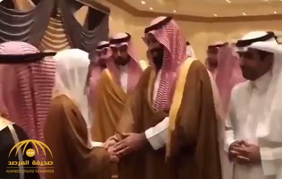 """شاهد .. مواطن مسن يفاجئ """"ولي العهد"""" بطلب  أثناء السلام عليه في القصيم.. وهكذا رد عليه الأمير!"""
