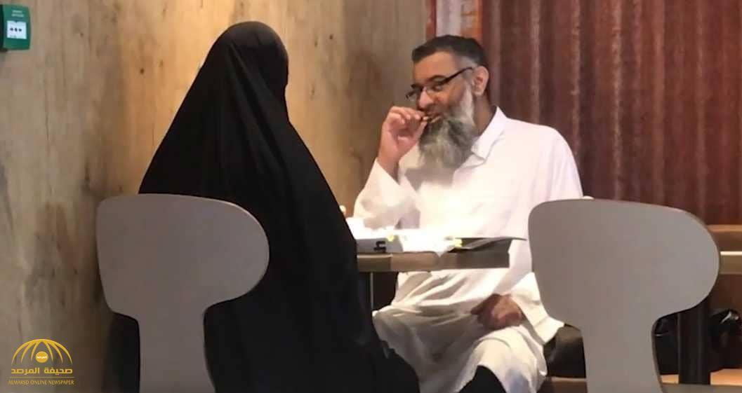 """بالصور .. رئيس جماعة متطرفة يتناول وجبة """"ماكدونالدز"""" مع زوجته المنتقبة بعد خروجه من السجن في بريطانيا"""