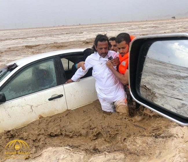 """بعد أن داهمتهم السيول على طريقي الساحل .. شاهد: """"مدني الليث"""" ينقذ 11 محتجزاً"""