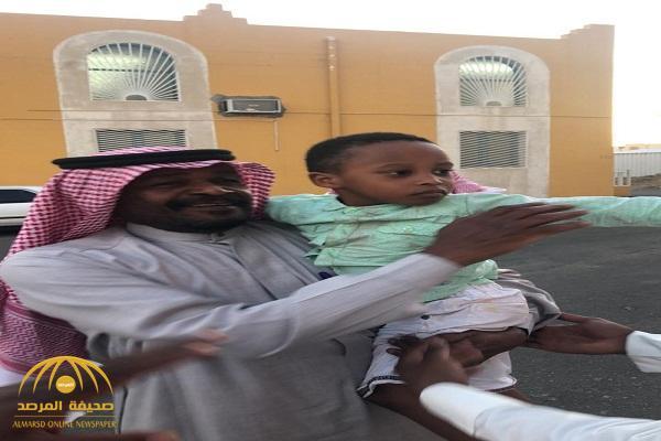 """بعد اختطافه بأحد المسارحة .. شرطة خميس مشيط تعيد الطفل """"أمير مسرحي"""" لحضن والده"""