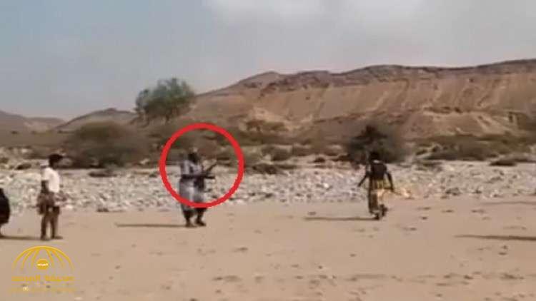 سابقة لأول مرة في الملاعب … شاهد حكم يمني يطلق الرصاص بدلاً عن الصافرة في مباراة كرة قدم
