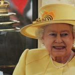 السر الذي يجعل ملكة بريطانيا تتناول الموز بالشوكة والسكين!