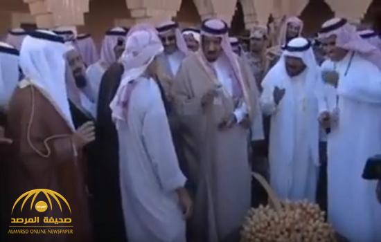 شاهد .. مقطع نادر.. الملك سلمان في سدير قبل 15 عامًا ويمازح راعي الحطب
